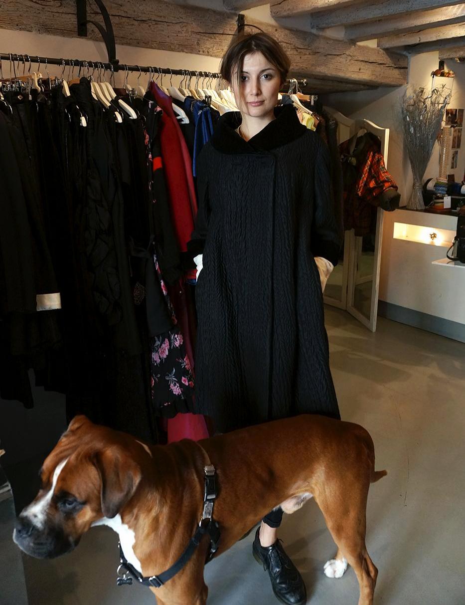 Federica w płaszczu Sorelle Fontana i jej ukochany pies Ettore