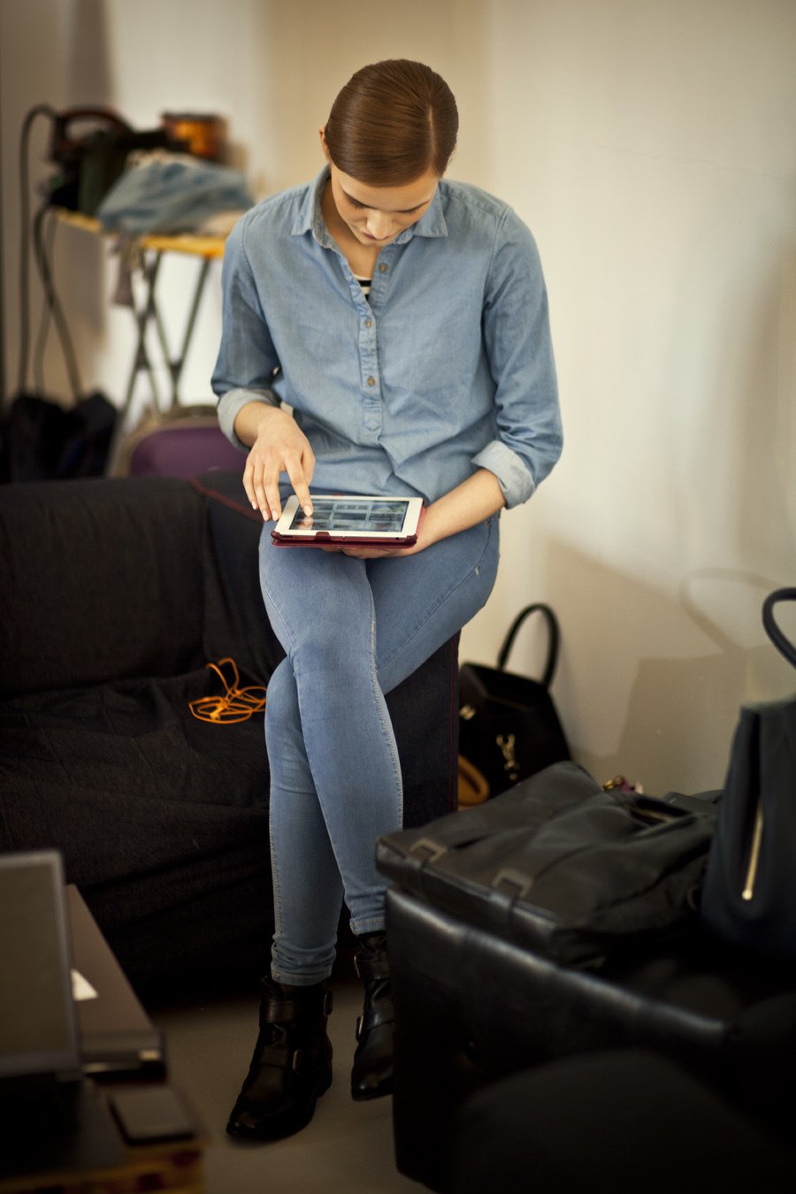 Chwila odpoczynku. Karolina Wąż z New Age Models/fot. Agnieszka Taukert/Backbone dla Do You Know Fashion