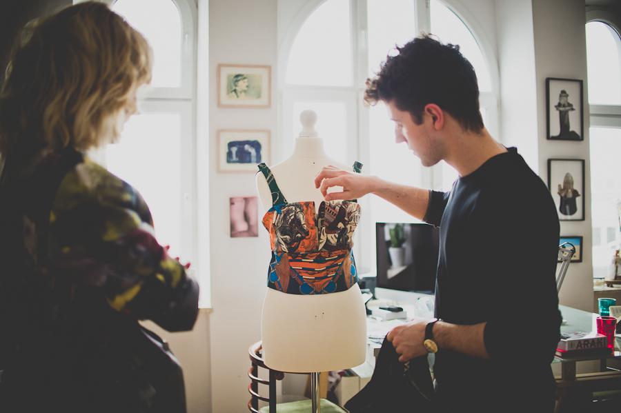 Top wykonany z apaszek z kupionych w second hand/fot. Artur Cieślakowski dla Do You Know Fashion