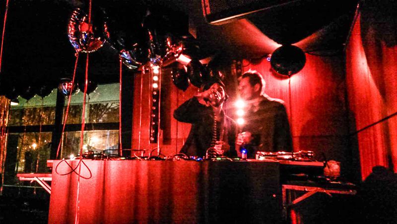 Bartek Michalec zadbał o muzykę tego wieczoru. Na zdjęciu z Bartkiem Kraciukiem, właścicielem klubu Syreni Śpiew/fot. Mateusz Puślecki