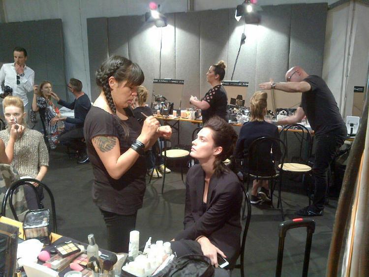 Chwilę przed pokazem Anteprima,Patrycja Gardygajło podczas makijażu, fot. Lucyna Szymańska/D'Vision