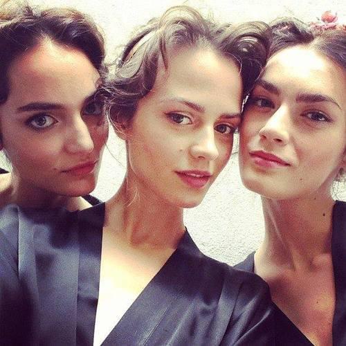 Zuzia Bijoch i Patrycja Gardygajło na backstage Dolce & Gabbana, fot. Lucyna Szymańska