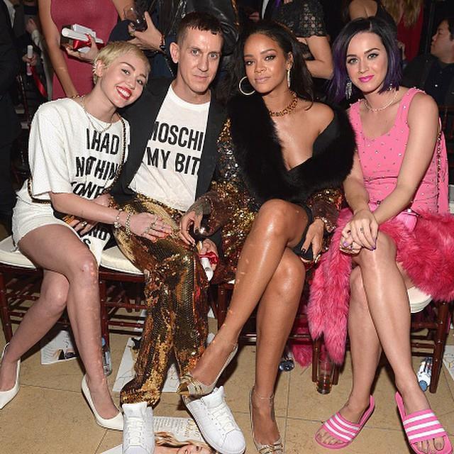 Miley Cyrus, Jeremy Scott, Riri, Katy Perry - w kreacjach Moschino/Instagram: @itsjeremyscott