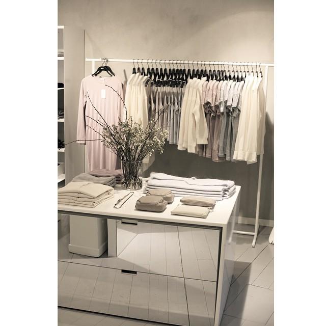 Pastelowe elementy garderoby w butiku Filippa K/Instagram: @retrobutikkene