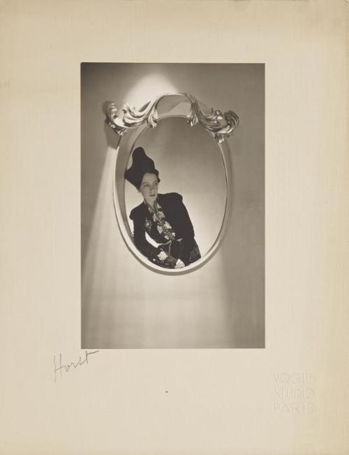 Elsa Schiaparelli, Paris 1936 r. 10 000-12 000 Euro/Horst P. Horst (1906-1999)/© Courtesy Condé Nast / Horst Estate