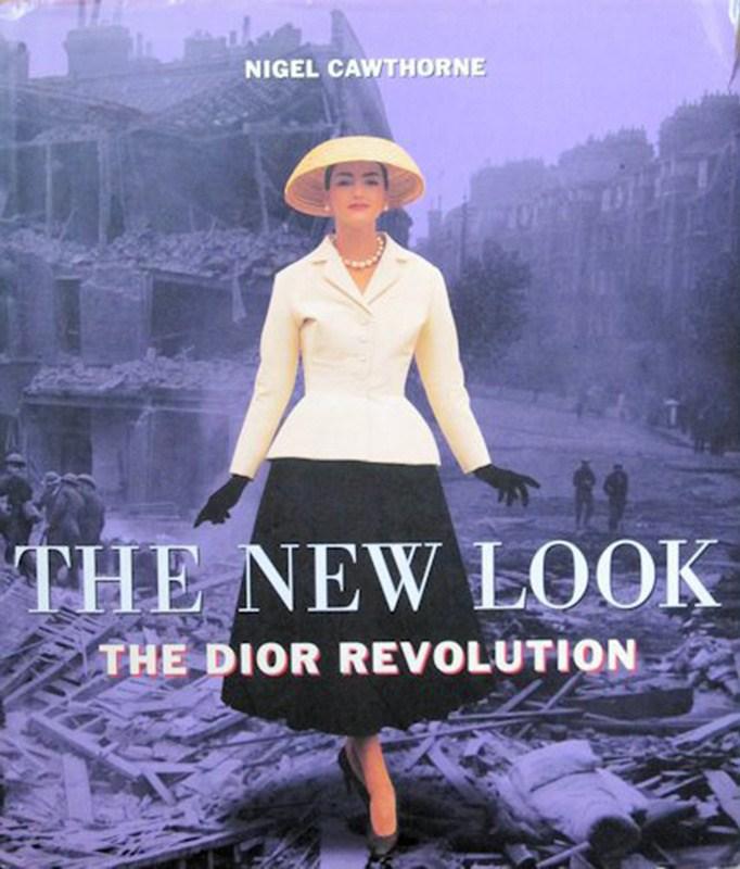 """Słynny zestaw z pokazu New Look:marynarka The Bar i plisowana spódnica na okładce książki """"The New Look:The Dior Revolution"""" autorstwa Nigela Cawthorne'a"""