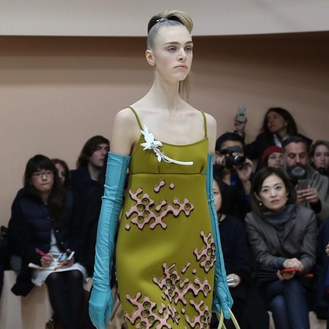 Lekkość kroju sukienki połączona z masywnością długich rękawiczek/Instagram: @voguethailand