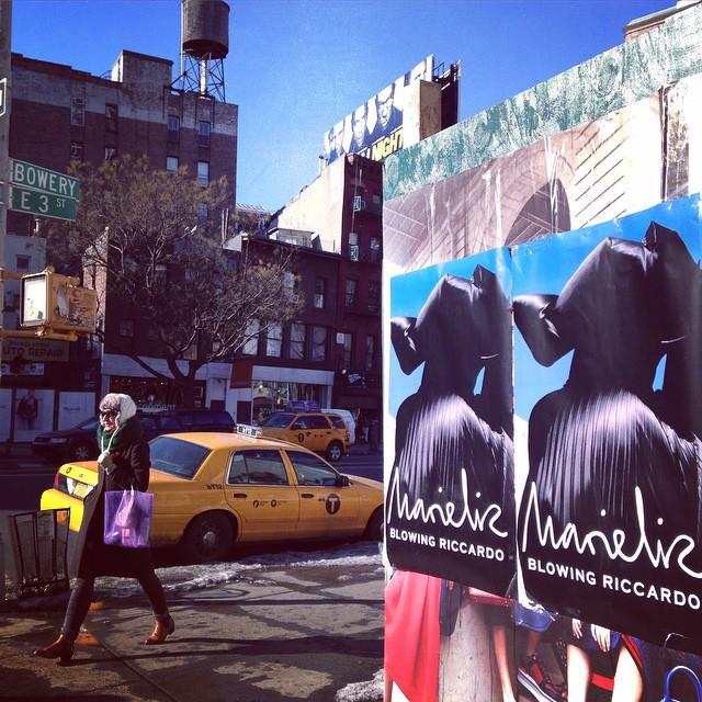 Plakat w Nowym Jorku promujący nadchodzący event/Instagram: @blowingriccardo