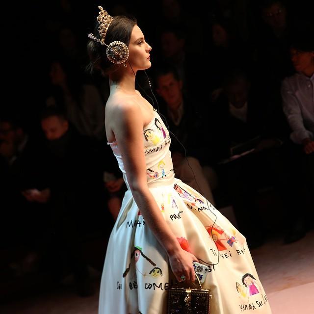 Sukienka w doodle-prints projektu Dolce&Gabbana/Instagram: @susiebubble