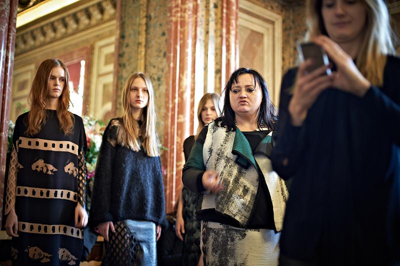 Gosia Baczyńska przed pokazem z modelkami/fot. Marek Mulenko