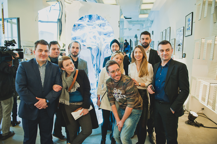 Zespół LG Polska, PLAY Polska oraz Zuo Corp. na tle instalacji The Reality of Tomorrow