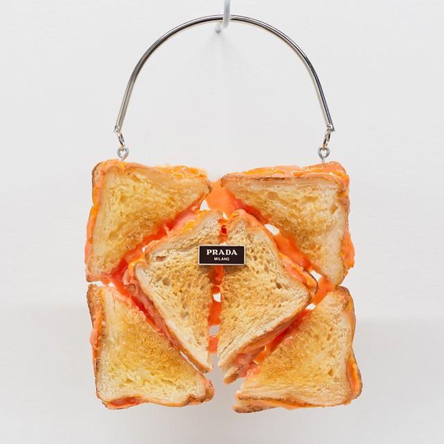 Torba od Prady wykonana z tostów przez Chloe Wise/Instagram: @buro247