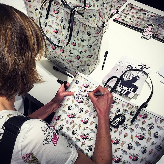 Rysowniczka podpisująca torby swojego projektu/Instagram: @karllagerfeld