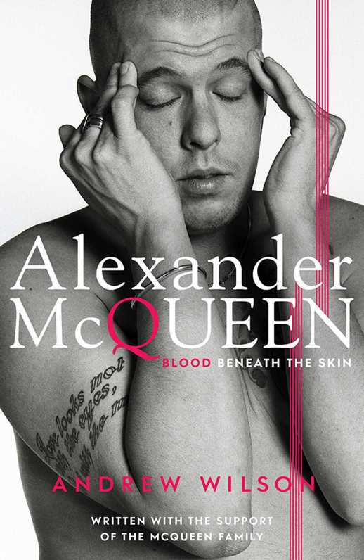 Alexander McQueen na okładce książki Alexander McQeen: blood beneath the skin