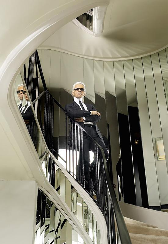 Karl Lagerfeld stojący na słynnych schodach/chanel.com