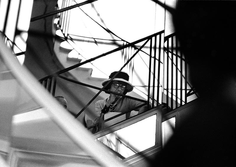 Coco Chanel na słynnych schodach/chanel.com