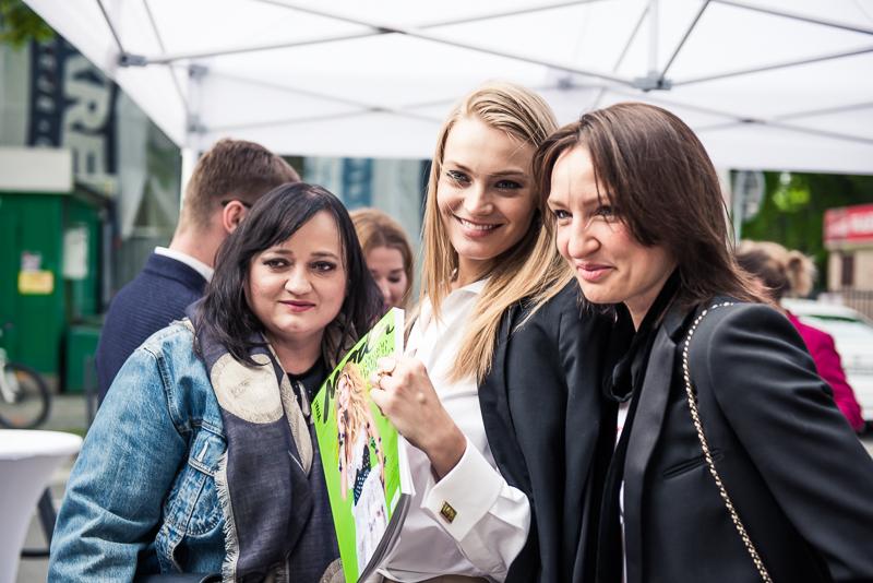 Projektantka Gosia Baczyńska, modelka Anna Jagodzińska, redaktor naczelna Viva! Moda Agnieszka Ścibior/fot. Maciej Stankiewicz dla DYKF