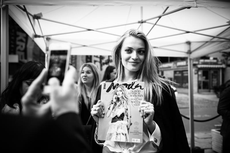 Anna Jagodzińska z najnowszym wydaniem Viva! Moda/fot. Maciej Stankiewicz dla DYKF