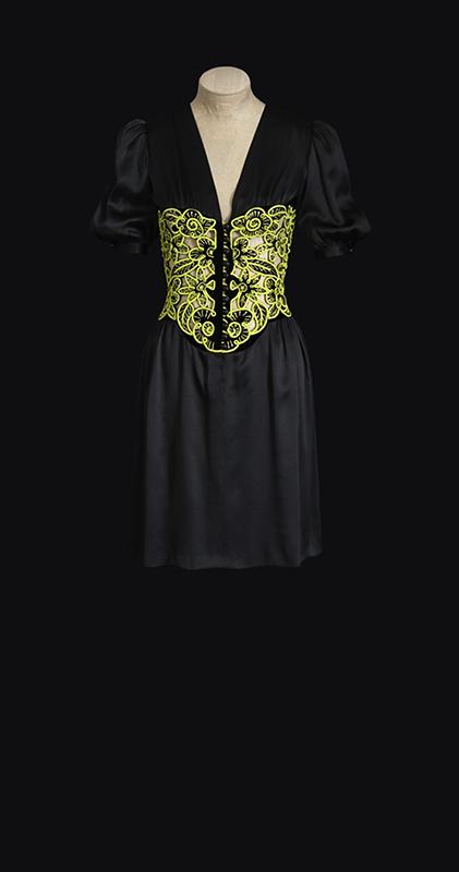Sukienka pochodząca z kolekcji z 1971 roku zaprezentowana podczas wystawy/mat.prasowe Fondation Pierre Bergé – Yves Saint Laurent