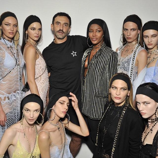 Riccardo Tisci wraz z modelkami/Instagram: @riccardotisci17