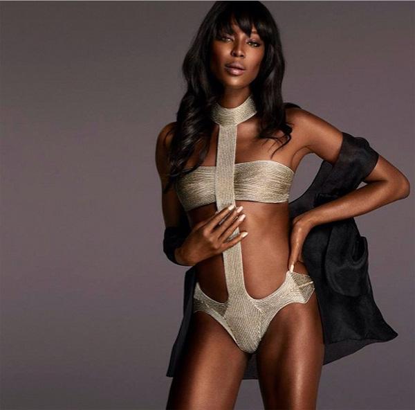 Naomi Campbell w złotym kostiumie kąpielowym/Instagram: @voguethailand
