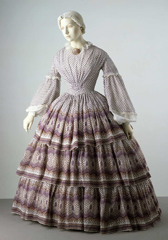 Suknia z XIX wieku z krynoliną