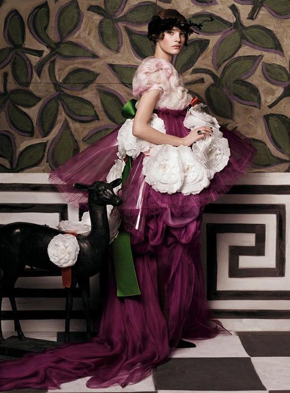 """Natalia Vodianova w sesji zatytułowanej """"Hommage to Paul Poiret"""" autorstwa Stevena Meisela opublikowanej w sierpniowym wydaniu magazynu Vogue w 2012 roku"""