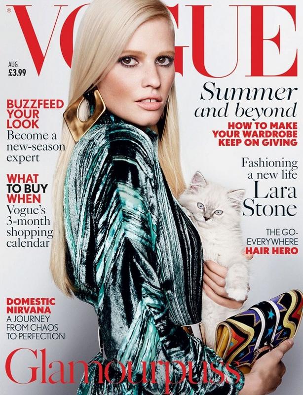 Lara Stone w kreacji Versace inspirowanej stylem glam, British Vogue, sierpień 2015