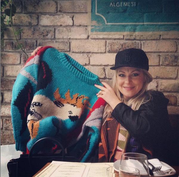 Carla Fletcher ze swetrem autorstwa Jenny Kee/Instagram: @carlalfletcher