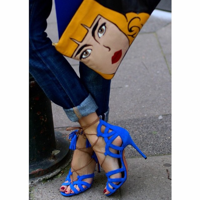 Sandałki Aquazzura w kolorze Błękit Kleina/Instagram: @aquazzura