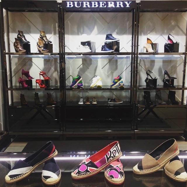 Wystawa butów w salonie Burberry/Instagram: @kadewe_berlin