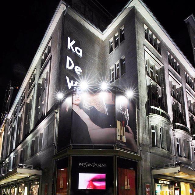 Reklama Ives Saint Laurent w oknie wystawowym/Instagram: @kadewe_berlin