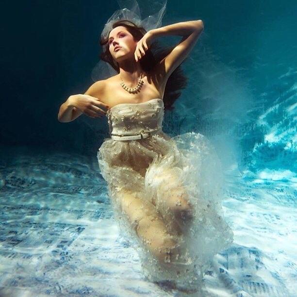 Pierwszy podwodny pokaz mody/Instagram:@isocietycosmetics
