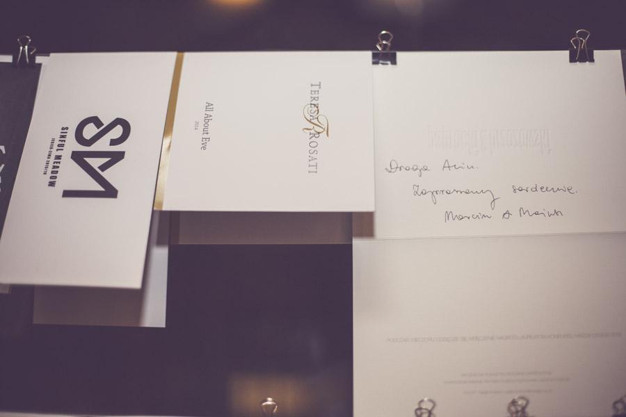 Zaproszenia na pokazy polskich projektantów (od lewej): Macieja Sieradzky'ego, Teresy Rosati i odręcznie napisane od Paprocki & Brzozowski/fot. Agnieszka Taukert dla DYKF