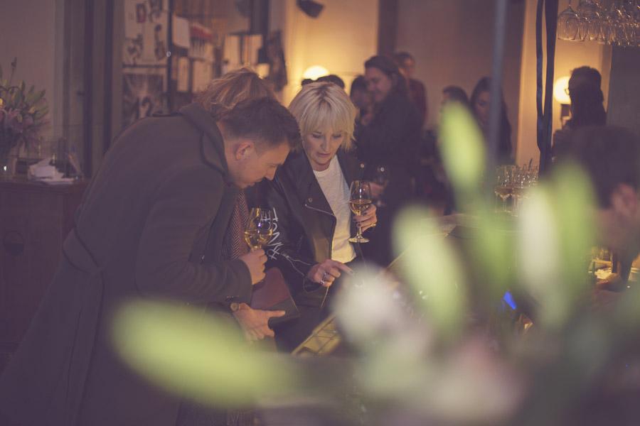 Łukasz Jemioł ogląda swoje zaproszenia wyeksponowane w gablocie/fot. Agnieszka Taukert dla DYKF