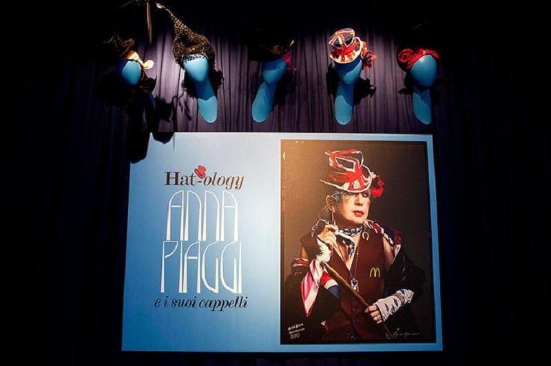 Plakat promujący wystawę kapeluszy Anny Piaggi w pałacu Morando w Mediolanie
