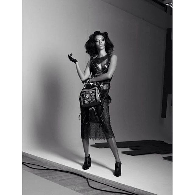 Modelka w sukience Gosi Baczyńskiej/Instagram: @gosiabaczynska_official