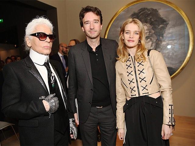 Karl Lagerfeld, Antoine Arnault i Natalia Vodianova na otwarciu wystawy Volez, Voguez, Voyagez - Louis Vuitton/Instagram: @buro247ru