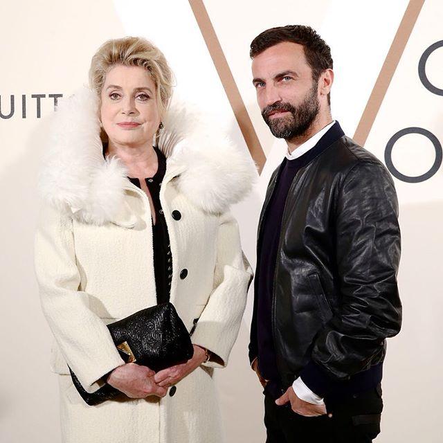 Catherine Deneuve i Nicolas Ghesquiere na otwarciu wystawy Volez, Voguez, Voyagez - Louis Vuitton/Instagram: @louisvuitton