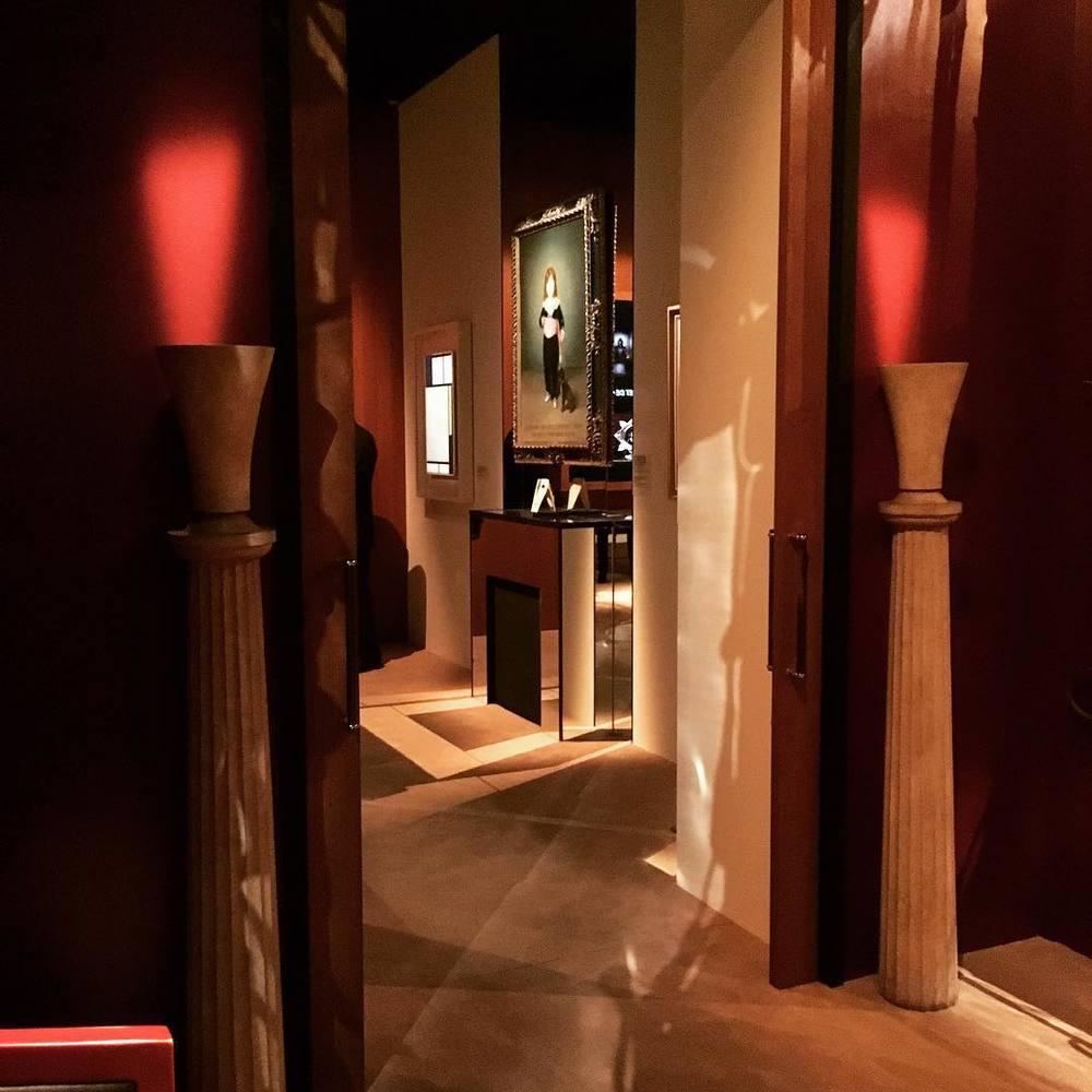 Wnętrze muzeum Yves Saint Laurent w Paryżu/Instagram: @fondation_pb_ysl