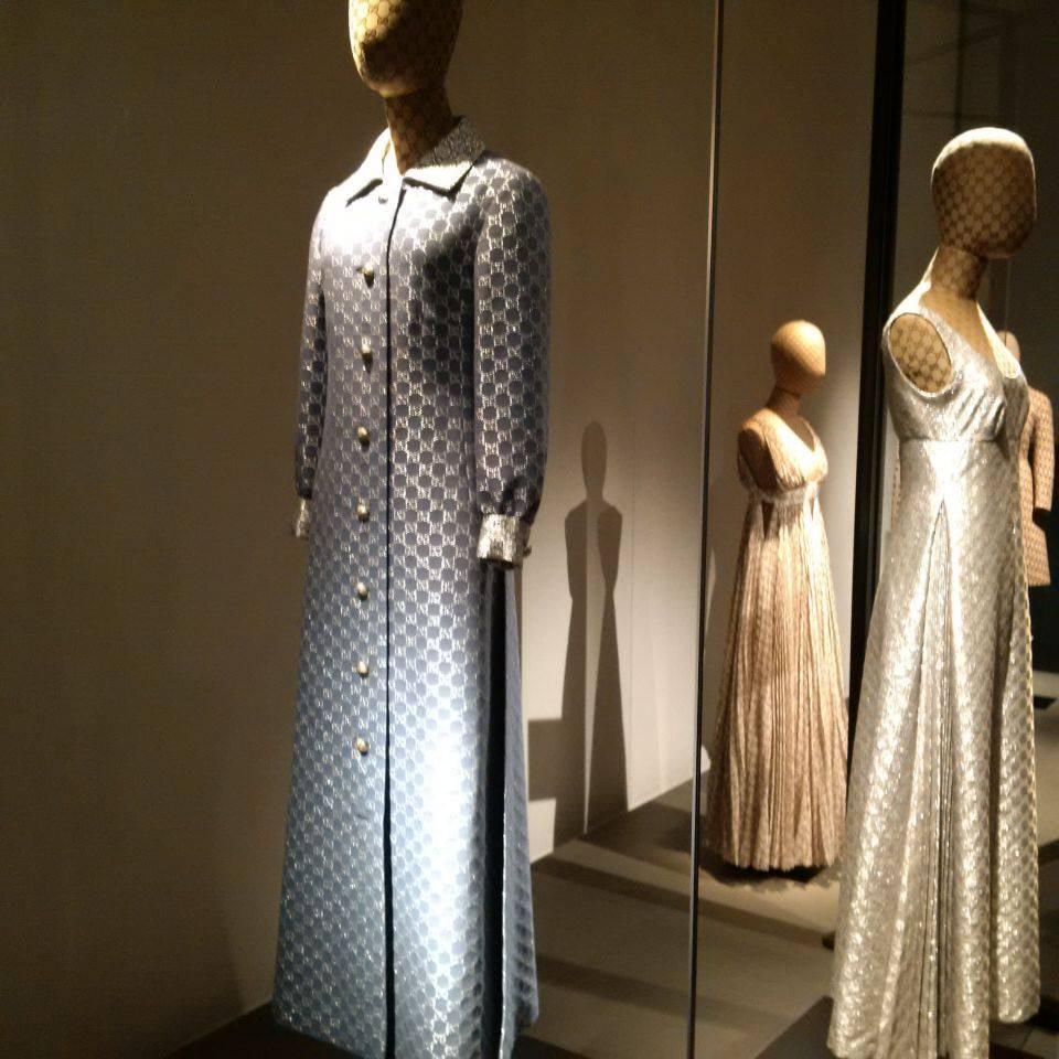 """Logomania - suknie ze splecionymi, charakterystycznymi """"G"""" z początku lat 70-tych"""