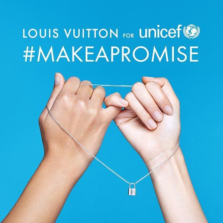 Znak skrzyżowanych małych palców i hashtag #makeapromise to symbole wspólnej akcji Louis Vuitton i UNICEF/Instagram: @louisvuitton