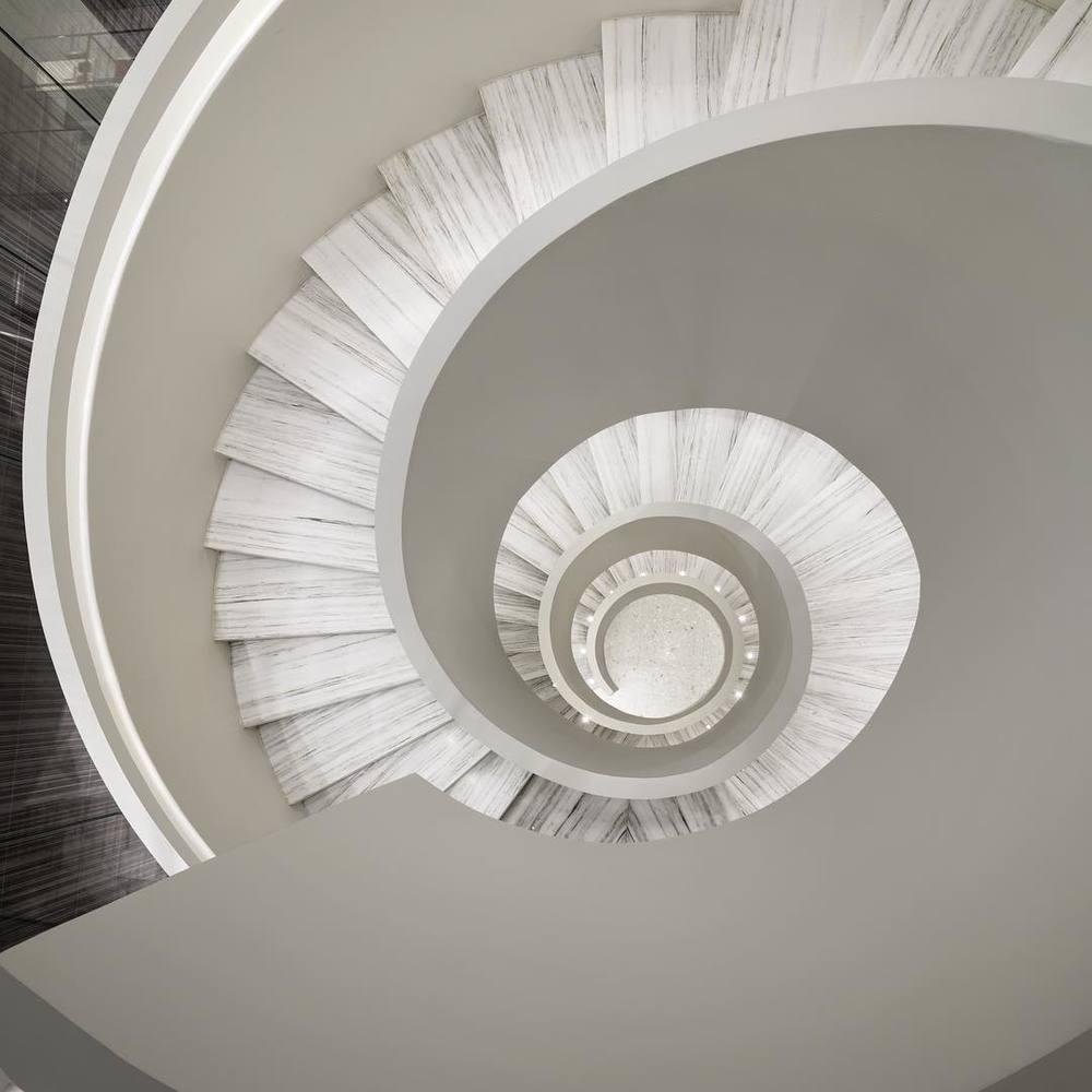 Okrągłe schody wewnątrz nowego butiku Barneys/Instagram: @barneysman