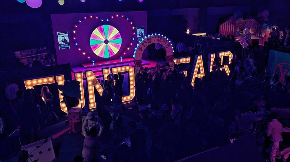 Koło fortuny na charytatywnej imprezie Fund Fair/Instagram: nakedheartfoundation