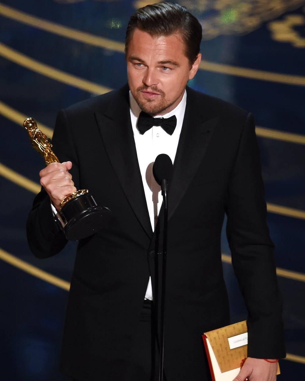 """Leonardo DiCaprio z Oscarem dla najlepszego aktora za rolę w filmie """"Zjawa""""/Instagram: @buro247ru"""