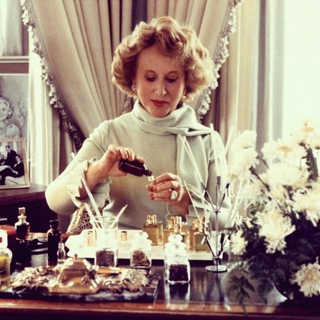 Estee Lauder podczas tworzenia perfum/Instagram: @esteelauder