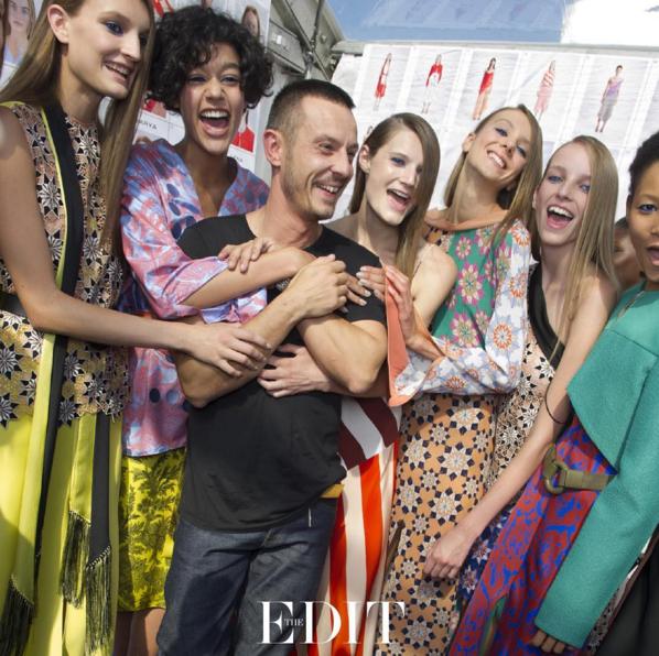 Jonathan Saunders z modelki prezentującymi ostatnią kolekcję jego marki/Instagram @netaporter