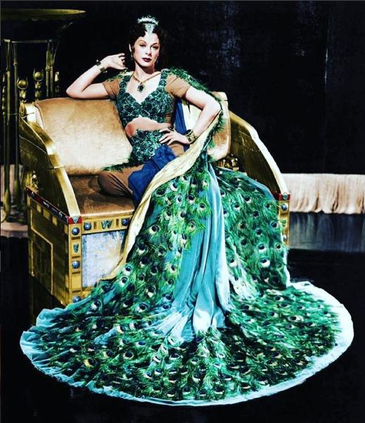 Hedy Lamarr w pawiej pelerynie/Instagram @songbirdjimi