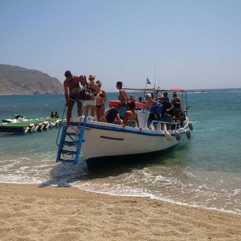Agrari Beach, co godzinę przypływa barka i zabiera na inną plażę/fot. Anna Puślecka