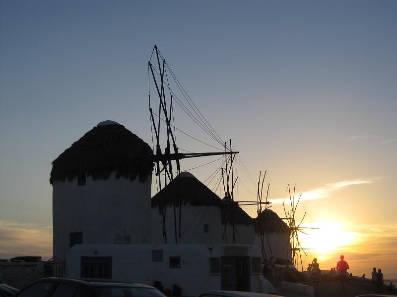 Widok na Chorę, czyli miasto Mykonos. W tle słynne wiatraki/fot. Anna Puślecka